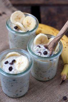 Bananen-Schoko Overnight Oats. Dieses 5-Minuten Rezept ist dekadent cremig, bananig und schokoladig - Kochkarussell.com