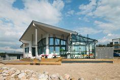 Еще один наш проект: домик у моря.  Он интересен концепцией: теплое помещение с панорамными окнами + холодная терраса закрытая безрамным панорамным раздвижным остеклением + полностью открытые солнцу площадки. Архитектурная концепция северной страны, позволяющая максимально находиться на солнце и свежем воздухе. Холодное лето в Финляндии не редкость.  #Lumon #лумон #домуморя #котедж #вилла #безрамное #панорамное #раздвижное #безрамноеостекление #холодноелето