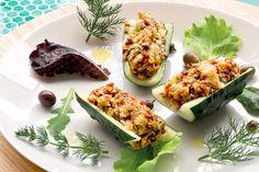 Barchette di cetriolo farcite di pane alla mediterranea