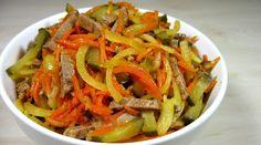 Говядина замечательно сочетается с маринованными огурцами, поэтому подобных салатов очень много. Но я вам предлагаю свой вариант: с маринованным луком и тушеной морковью. Закуска отлично заменит поздний ужин, так как майонез для заправки не используется. Простой, насыщенный и очень ароматный салат обладает оригинальным и изысканным вкусом.