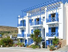 Athos Studios Tínos Located in the town of Tinos, Athos Studios is only 50 metres from Kalamia Beach and features a bar. It offers self-catered accommodation with a private balcony or terrace overlooking the Aegean Sea, the garden or town.
