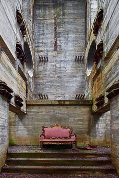 Situada em velha instalação nuclear by Alfonso Batallan.