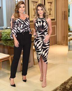 "7,738 curtidas, 108 comentários - DANILA GUIMARÃES (@danilaguimaraes) no Instagram: ""Bom diiiiiiia com looks @morenarosaoficial 😍😍 1 - Blusa + calça clochard P M G 2 - Conjunto Cropped…"" Formal Dresses With Sleeves, Simple Dresses, Strapless Dress Formal, Beautiful Prom Dresses, Beautiful Outfits, Look Fashion, Womens Fashion, Fashion Sewing, Casual Looks"