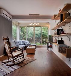 Vintage rocking chair inliving room כיסא נדנדה בסלון כפרי Living Room Interior, Interior Design Living Room, Rocking Chair, Windows, Architecture, Table, Furniture, Home Decor, Chair Swing
