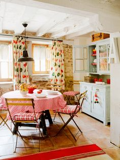 What a cheerful kitchen dining area!