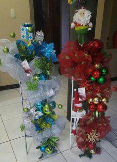 Escaleras navideñas Ornament Wreath, Ornaments, Christmas Trees, Wreaths, Holiday Decor, Ideas, Decorative Ladders, Xmas, Christmas Stairs Decorations