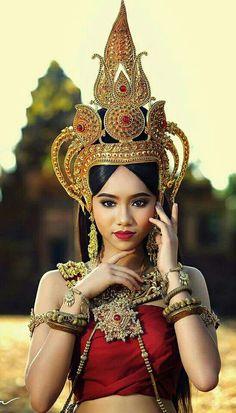 ---=‹<÷អប្សរយសោធរាវង្សវរ្ម័ន÷>›=--- อัปสรายโสธรวงศ์วรมัน Traditional Thai Clothing, Traditional Fashion, Traditional Dresses, Asian Woman, Asian Girl, Miss Universe National Costume, Tashan E Ishq, Dennis, Art Asiatique