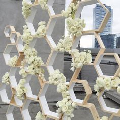 02 wooden hexagons with white roses all over look chic and refined - Weddingomania