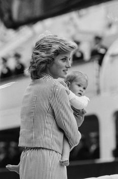 SHE was easily the world's most glamorous woman but nothing made Diana happier than being at home with her boys. Prince Charles introduced the princes to Shakespeare and the opera. Diana took them … Princess Diana Fashion, Princess Diana Photos, Princess Diana Family, Princess Of Wales, Lady Diana Spencer, Meghan Markle, Photo Trop Belle, Prinz Harry, Young Prince