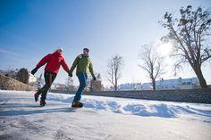 Beim #Eislaufen im #Granithügelland den #Winter genießen. Weitere Informationen zu #Winterurlaub im #Mühlviertel unter www.muehlviertel.at/winteraktivitaeten - ©Tourismusverband Mühlviertler Kernland/Erber