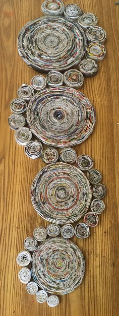 Newspaper Basket, Newspaper Crafts, Recycled Crafts, Diy And Crafts, Arts And Crafts, Recycled Magazine Crafts, Rolled Paper Art, Paper Quilling Designs, Concrete Crafts