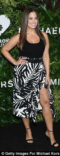 Ashley Graham poses in split dress at charity event in NYC Big Girl Fashion, Curvy Fashion, Look Fashion, Plus Size Fashion, Petite Fashion, Fall Fashion, Ashley Graham Outfits, Ashley Graham Style, Plus Zise