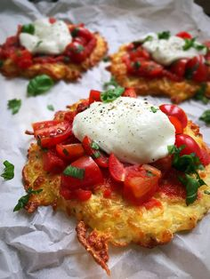 """Mini pizzas """"caprese"""" with cheese crust - very low carb / LCHF pizza recipe. Recipe here: Real Cooking, Cauliflower Pizza, Low Carb Pizza, Sugar Detox, Healthy Dessert Recipes, Eating Plans, Pizza Recipes, The Fresh, Meal Planning"""