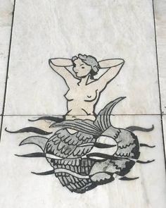 💧L'eau de la fontaine et une larme de sirène.💧▪ ▪ ▪ ▪{#lisboa #travel #travelphotography #trip #citygrammers #marble #mermaid }