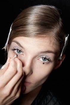 dots under eyeliner \ eyeliner dots under eye - eyeliner dots under eye make up - dots under eyeliner Eyeliner Dots, Gel Eyeliner, Pink Eyeshadow, Makeup Eyeshadow, Doll Eye Makeup, Eyeshadow Tips, Beauty Trends, Beauty Hacks, Makeup Looks