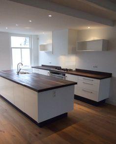 Witte keuken combineert goed met massief houten werkblad.