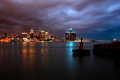 Vista noturna de Detroit, estado do Michigan, USA.