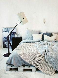 DECO IDEE: SLAPEN IN EEN ECO BED - schilder houten paletten in een pastelkleur en gebruik ze als bedframe