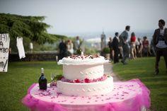 La tenerezza è il linguaggio segreto dell'anima. #Dolce pensiero #Wedding #cake  #Torta #rosa. #tavolo #tulle #pink #fucsia #giardino #brindisi #allestimento #decori #fiori #matrimonio #tagliotorta www.castellodegliangeli.com