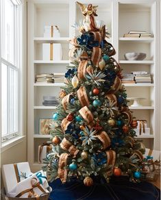 Gorgeous jewel-toned Christmas tree #christmastree #holidaydecor