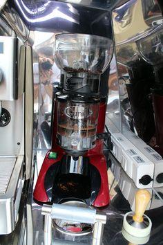 Профессиональная кофемолка, отверстие для отходов кофе с отбойной планкой справа от кофемашины MagicCoffeeClub