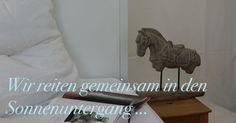 Warum sollte man immer nur ein Wasserglas und eine Lampe auf dem Nachttischchen stehen haben. Für alle, die für den Morgenritt nicht nur vor der Haustür das Pferd satteln möchten, haben wir diese wunderschöne Pferdestatue. Damit hat man seinen persönlichen Totilas immer dabei ... http://bit.ly/YqrvGI #CatchOfTheDay