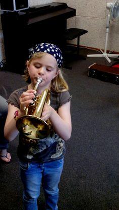 Inmiddels is Romée begonnen met cornetlessen. Dit doet ze in een groepje 'spelenderwijs'. Ze is heel enthousiast.