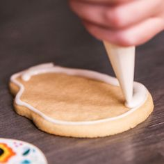 Mistakes Everyone Makes With Royal Icing Step by step. Flooding a sugar skull cookie with white royal icing. Flooding a sugar skull cookie with white royal icing. Iced Cookies, Cupcake Cookies, Cookies Et Biscuits, Owl Cookies, Birthday Cookies, Cookie Favors, Baby Cookies, Flower Cookies, Heart Cookies
