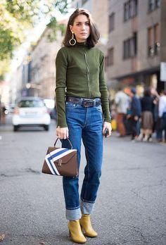 diletta bonaiuti, street style, fashion week, mom jeans, como usar mom jeans, tricot verde com ziper, cinto preto, bolsa de mão marrom, ankle boot marrom, maxi brinco dourado