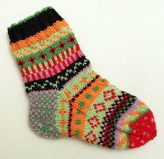 Kirjavat sukat jouluksi. Kirjoneuletta paksulla langalla.