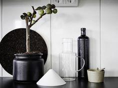 Snyggt stänkskydd av stora vita kakelplattor med stående sättning Nåt för vårt kök?