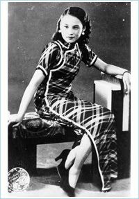 """In the 1930s, the fashionable women of Shanghai always wore a qipao of long and slender cut with a pair of high heels. This foto shows the Shanghai film celeb, Chen Yanyan, around 1935."""