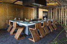 Preciosa zona de restaurante con la plancha en el medio de los comensales.