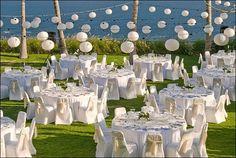 Aranjament sala, in alb, pentru o nunta de vara, in aer liber.