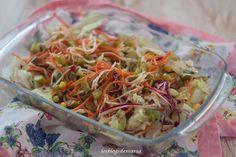 Ensalada simple con brotes de soja, zanahoria, lombarda y pepinillos