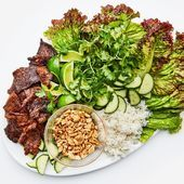 Spicy Steak Lettuce Wraps - Lettuce wraps might be our all-time favorite weeknight summer dinner—minimal cooking, maximum flavor and freshness. Lettuce Wrap Recipes, Lettuce Wraps, Steaks, Steak Salat, Boneless Beef Short Ribs, Spicy Steak, Easy Summer Dinners, Food Shows, Most Popular Recipes