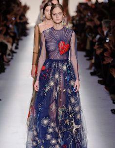 Après Chanel ce matin, on porte notre attention sur la maison Valentino pour découvrir en direct et sur ELLE.fr, la collection printemps-été 2015 à 14h30. http://www.elle.fr/Mode/Les-news-mode/Autres-news/Fashion-Week-decouvrez-le-live-du-defile-Valentino-a-14h30-2830052