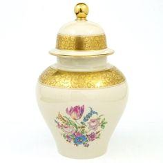 Porcelana Rosenthal, waza z przykrywką,  złocona brabantem oraz zdobiona bukietami kwiatowymi, 1941 rok, wysokość 26,5 cm,