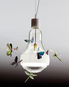 Johnny B. Butterfly. INGO MAURER. Mariposas y libélulas de papel pegadas a una bombilla! :)
