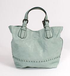 Je treft bij Nummer Zestien online of in de winkels in Bladel een steeds variërende collectie damestassen van bekende tassenmerken. Tassen zijn er voor elke moment. Een tas, handtas, een big shopper. Een schoudertas voor een avondje uit. Van luxueuze en exclusieve damestassen tot eenvoudig en gemakkelijke tassen. Shop jouw favoriete tas @ http://www.nummerzestien.eu/dames/tassen/
