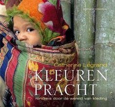 Kleurenpracht. Het boek neemt je mee op een adembenemende reis door de wereld van textiel en kleding aan de hand van een prachtige reeks fotografische tweeluiken.