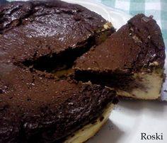 Pastel de queso y chocolate de Roski. Lleva queso de untar, queso batido, yogures, cacao desgrasado, maizena y un sobre de preparado para natilla sin azúcares. ¡y menuda pinta tiene! :D