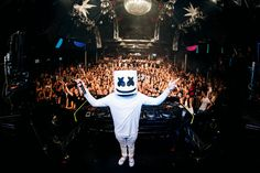 Marshmello is an electronic dance music producer and DJ. Inspired by other masked DJs like and Daft Punk, Marshmello appears wearing a full-head Wallpaper Marshmello, Marshmello Dj, Marshmello Costume, Spotlight Stories, Digital Audio Workstation, Mark Ronson, Best Pocket Knife, Electronic Music, Dance Music