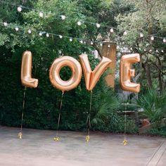 Idéal pour un mariage original, ce lot de 4 ballons mylar doré mat est constitué de 4 lettres LOVE. Vous pouvez l'utiliser pour des photos de mariage