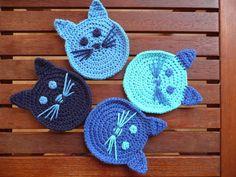 muecos de ganchillo Yine kedi ille de kedi:))) Bu sefer kedili bardak altlklar ve kedili koruma klf rdm. emeksensin ve pasaj da miyavlamaktalar:)) . Chat Crochet, Love Crochet, Crochet Crafts, Crochet Yarn, Crochet Projects, Crochet Flowers, Diy Crafts, Crochet Applique Patterns Free, Crochet Coaster Pattern