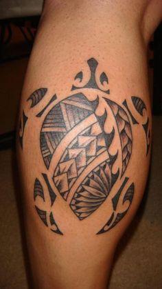 eine große schwarze schildkröte mit schwarzen augen   ein bein mit einem schwarzen maorie tattoo