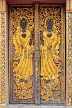 doors.quenalbertini: Antique carved wooden door, Banque d'images