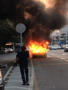 Siêu xe Lamborghini Murcielago cháy dữ dội trên phố - http://xeoto.asia/sieu-xe-lamborghini-murcielago-chay-du-doi-tren-pho.shtml