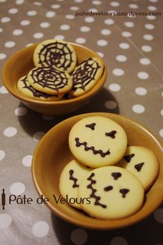 Biscuits d'Halloween Biscuits d'halloween Plat Halloween, Buffet Halloween, Easy Halloween Snacks, Halloween Oreos, Bricolage Halloween, Hallowen Food, Easy Halloween Decorations, Halloween Desserts, Halloween Food For Party