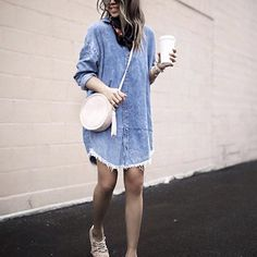 Robe en jean à bord effiloché + sac rond + baskets nude >> http://www.taaora.fr/blog/post/look-robe-en-jean-a-bords-bruts-effiloches-sac-bandouliere-rond #look